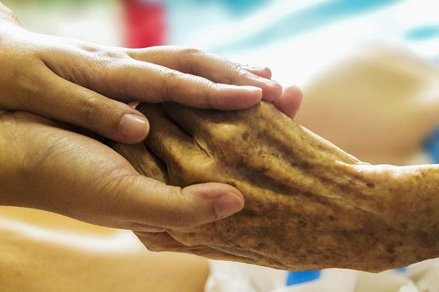 Kuva 1. Saattohoidossa läheiset ovat tärkeässä osassa. (Lähde: Piqsels)