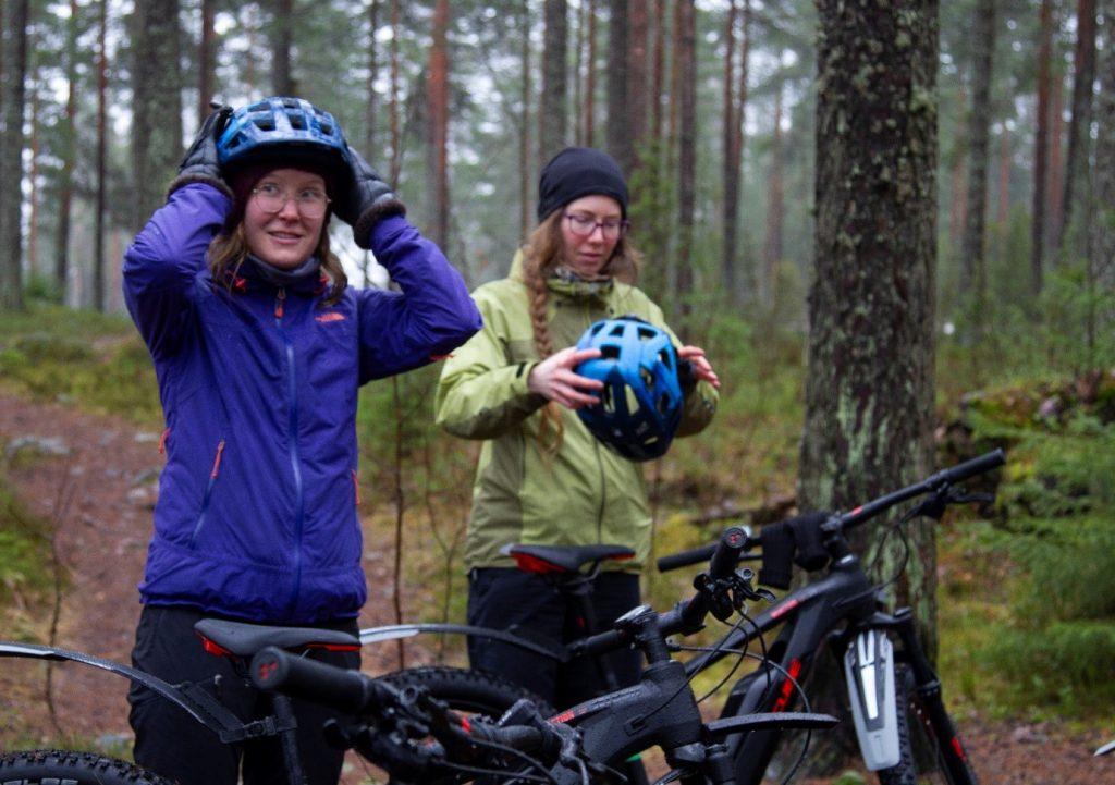 Kuva 2. Sähköpyörät tuovat uutta luksusta maastopyöräilyyn. Kitetirrin Pekka Tirkkosen uudet Cubet pääsivät testiin Salpausselän maastoissa. Kuva: Päivi Tommola