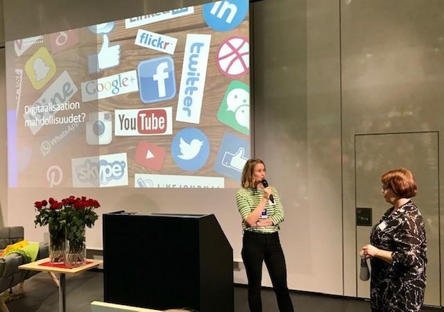 Kuva 3. Lehtori Kati Ojalan ja vammaispalveluiden toimintayksikön esimiehen Satu Huhtiaisen mukaan digitaalisuuden mahdollisuuksia ja työkäytäntöjen uudistamisen tarpeita on pohdittu yhdessä henkilöstön kanssa (Kuva: Ilkka Väänänen)
