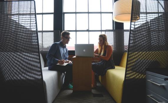 Blogi tekstin voi kirjoittaa työkaverin, opiskelijan tai yhteistyökumppanin kanssa yhdessä. (Kuvat: Pexels)