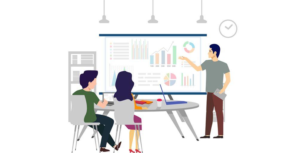 Kuvassa kaksi henkilöä istuu pöydän ääressä kuuntelemassa puhujaa, joka esittelee yrityksen kannattavuuslaskelmia. Kuva: Omagraafikko.